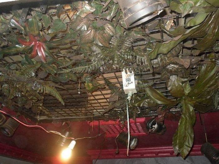 Заброшенный паб под торговым центром