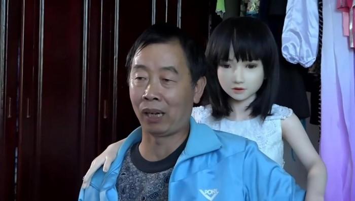 После развода китаец воспитывал сына с семью секс куклами