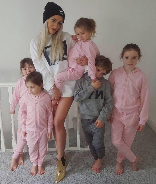 35-летняя мать пятерых детей с идеальной фигурой
