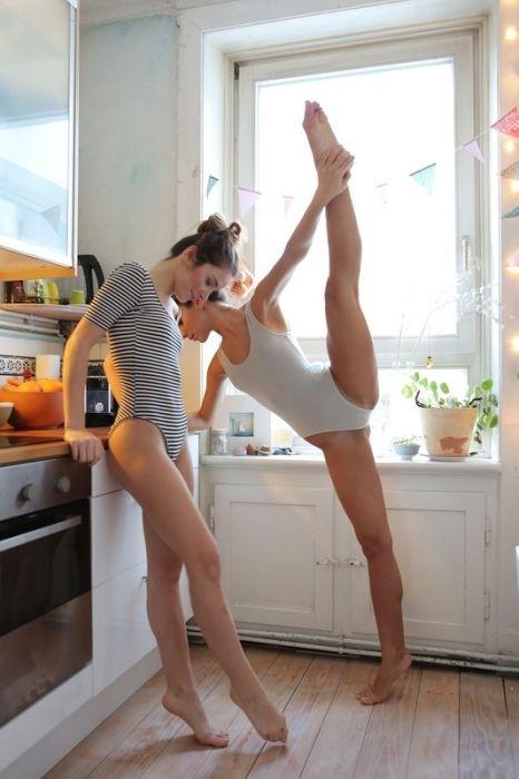 Сестры-близняшки на кухне
