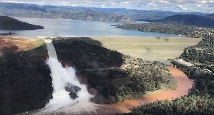 Самая большая плотина США, в Калифорнии разрушается (12 фото)