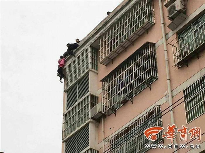Муж поймал прыгнувшую с крыши жену за хвостик