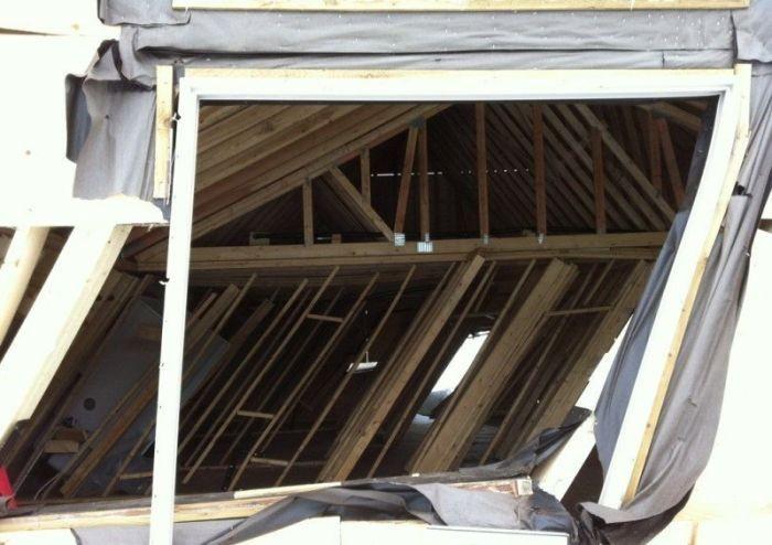 Снег разрушил дом (11 фото)