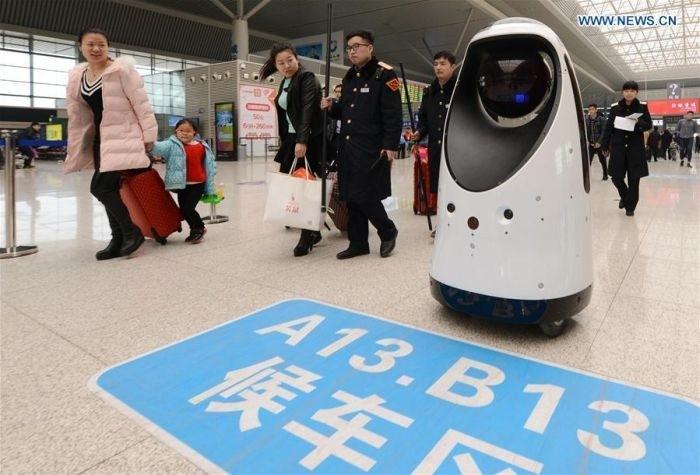 На китайском вокзале появился робот-патрульный
