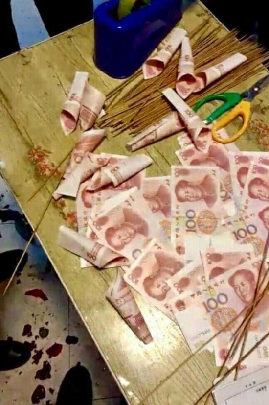 Китаец подарил девушке букет из денег