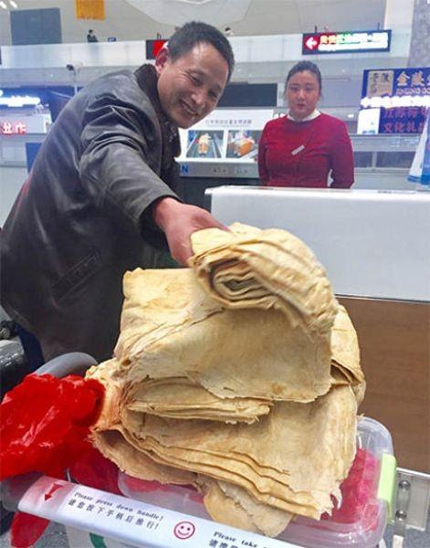Заботливая мама положила китайцу блинчиков с собой