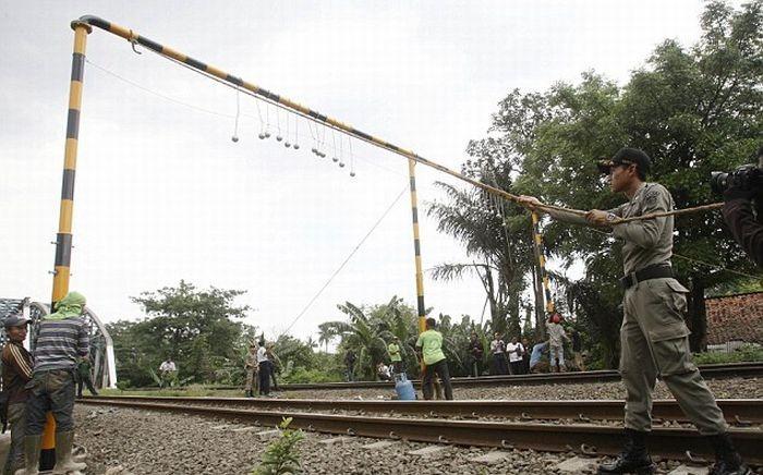Борьба с безбилетниками в Индонезии (3 фото)