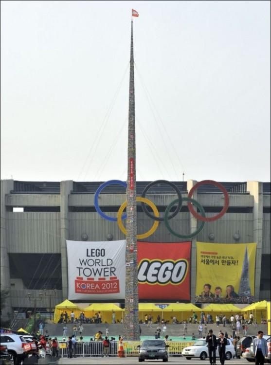 Самая большая башня из LEGO (2 фото)