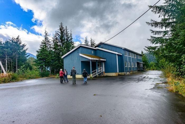 Почему все жители ушли из городка на границе с Аляской, даже не выключив свет (19 фото)
