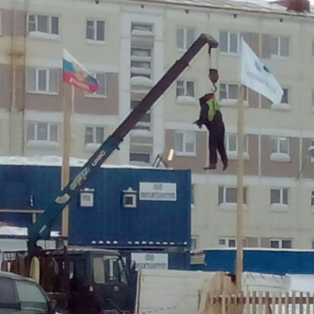 Установка флага в Норильске (3 фото)
