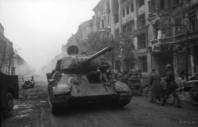 Советские танки на улицах Берлина в 1945 году (10 фото)