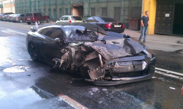 Nissan GТ-R уничтожил 5 машин (9 фото)