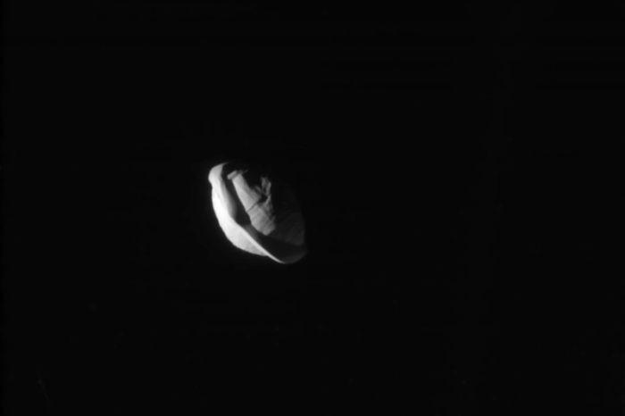 Спутник Сатурна Пан оказался похожим на гигантский пельмень (2 фото)