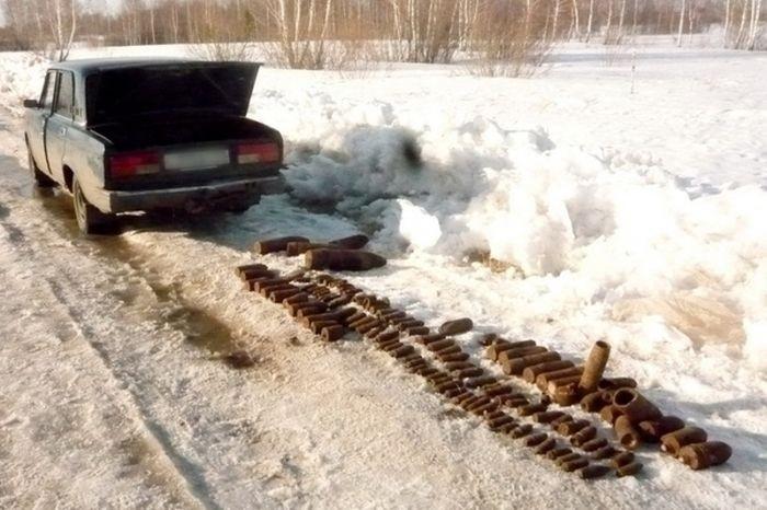 В багажнике автомобиля обнаружили артиллерийские снаряды (2 фото)