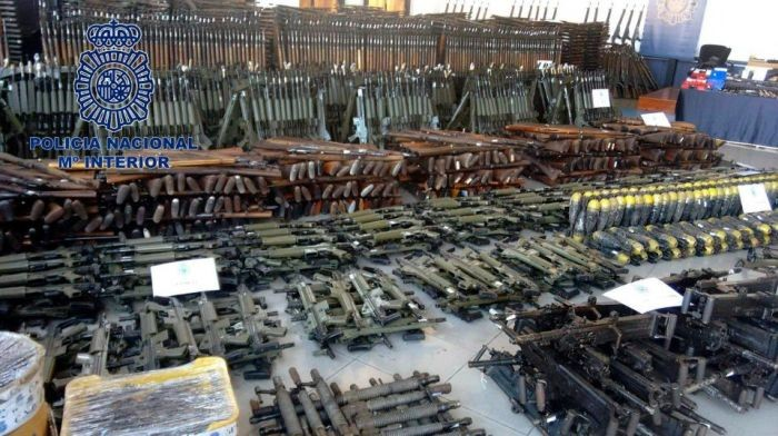 Полиция обнаружила крупный подпольный склад оружия (5 фото)