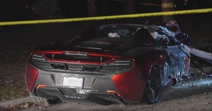 Лихач разбил суперкар McLaren о трансформатор (4 фото)