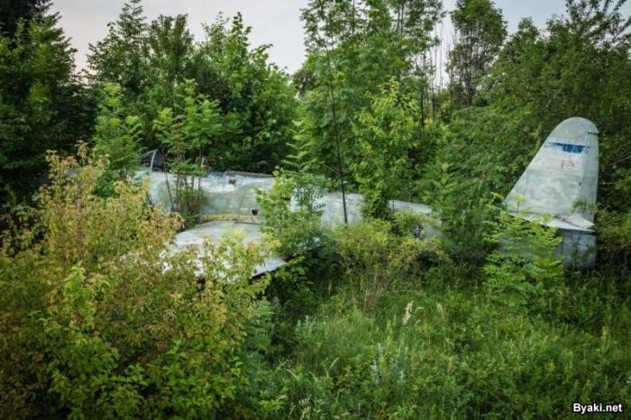 Заброшенная авиабаза на границе Хорватии и Боснии-Герцеговины (12 фото)