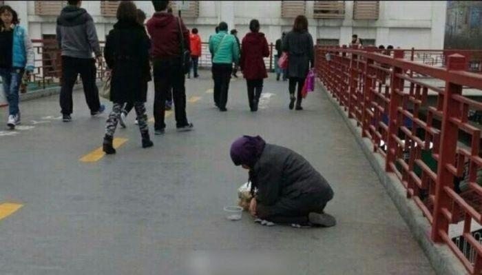 Добрая девушка помогла бабушке, просившей милостыню (5 фото)