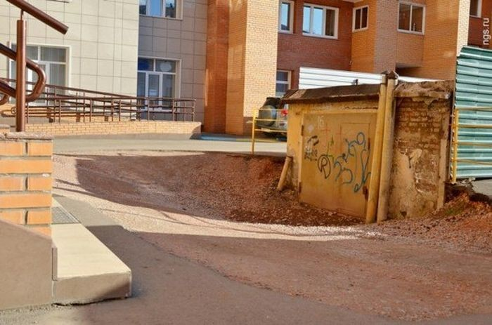 Пенсионер требует 7 млн рублей за мешающий всем гараж (2 фото)
