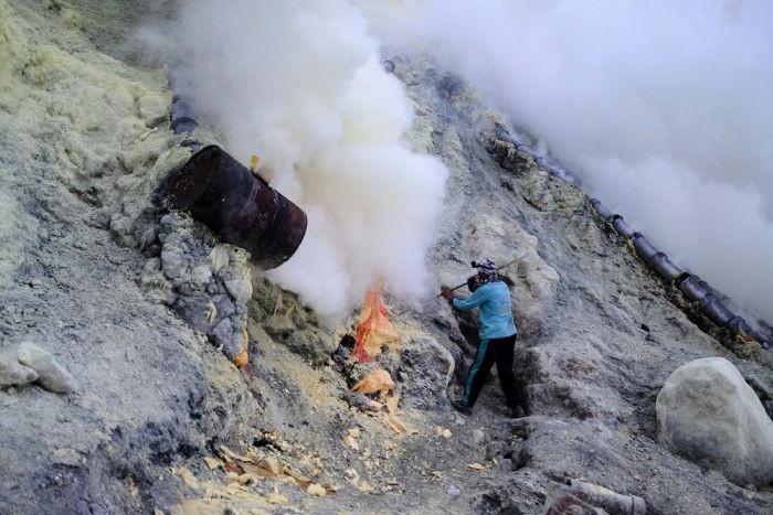 Добыча серы в кратере индонезийского вулкана Иджен (16 фото)