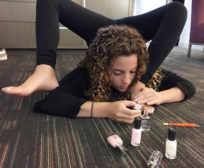 Юная американка поразила всех своей гибкостью (24 фото)