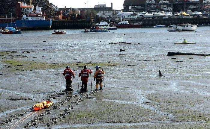 40 спасателей вытаскивали застрявшего в грязи байдарочника (7 фото)