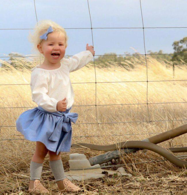 Женщина пришла в ужас, разглядывая фото своей дочери (4 фото)