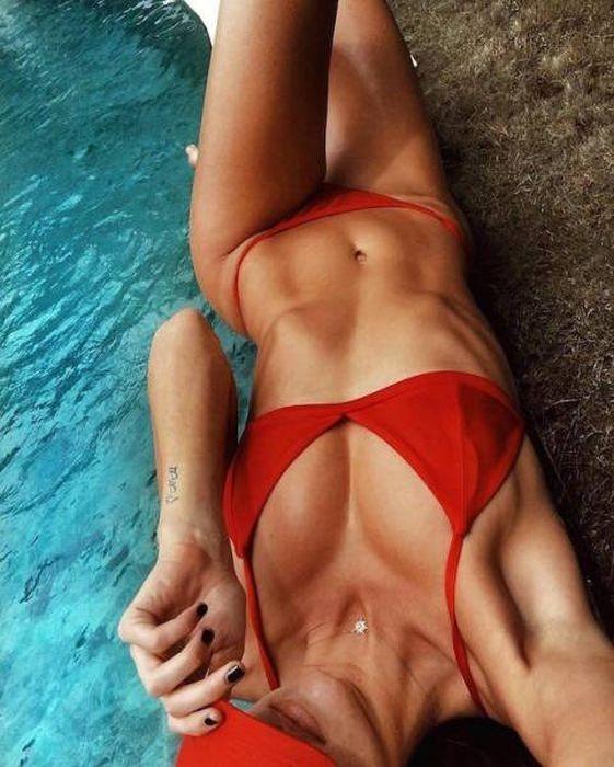 Девушки в купальниках делают селфи (41 фото)
