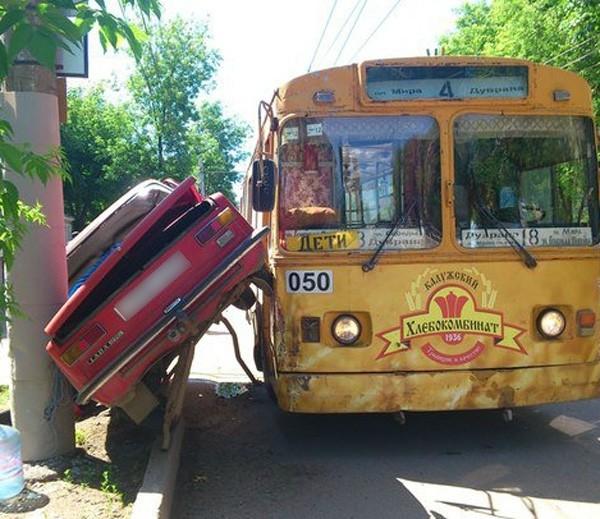 «Копейка» застряла между столбом и троллейбусом (2 фото)