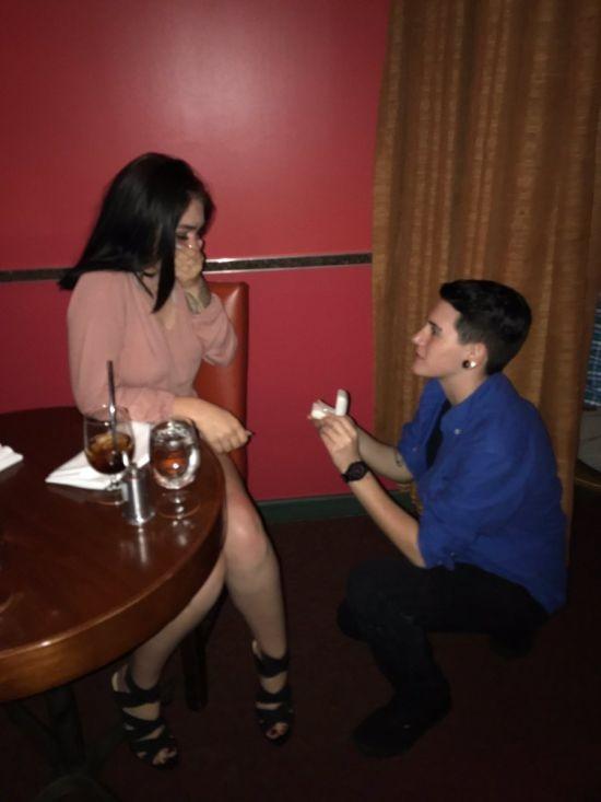 Разыграли фальшивое свадебное предложение, чтобы получить бесплатный десерт (5 фото)