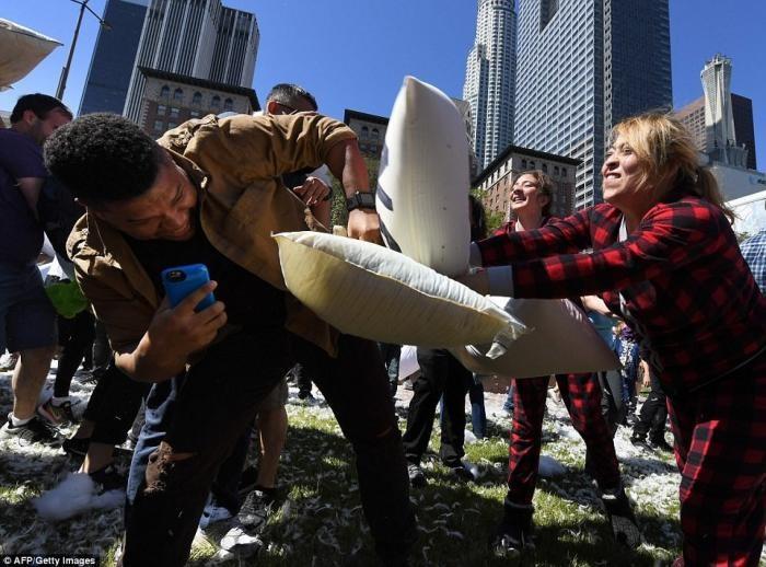 Веселая драка с подушками в США (16 фото)