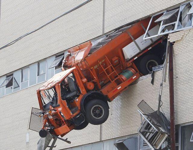 Грузовик чуть не выпал с парковки