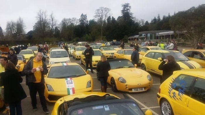 Сотни владельцев желтых автомобилей собрались, чтобы поддержать пенсионера (5 фото)