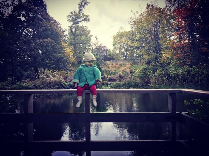 Отец создает снимки маленькой дочери в опасных местах (7 фото)