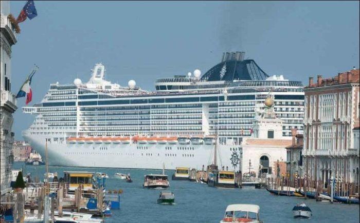 Огромный круизный лайнер в Венеции (6 фото)