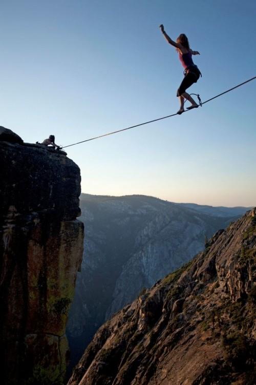 Две бесстрашные слэклайнерши ходят по канату на высоте (5 фото)