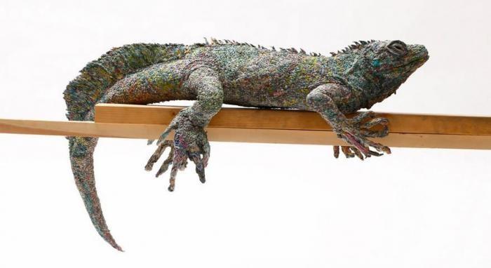 Японская художница создает скульптуры животных из макулатуры (8 фото)