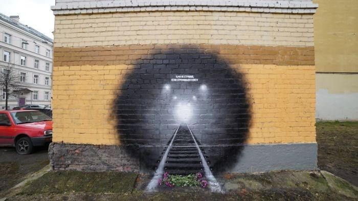 Граффити в память о жертвах теракта в питерском метро (3 фото)