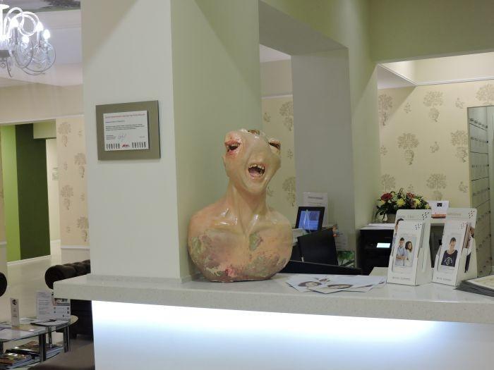 Памятник зубной боли из настоящих зубов (2 фото)