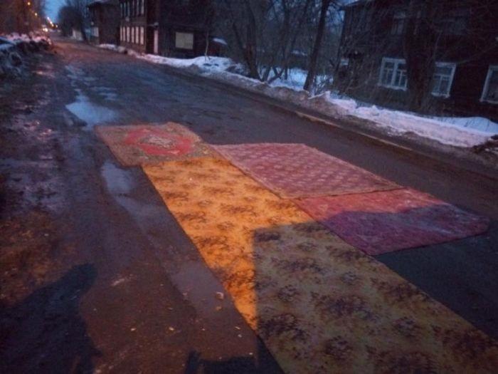 В Кирове ямы на дорогах накрыли коврами (6 фото)