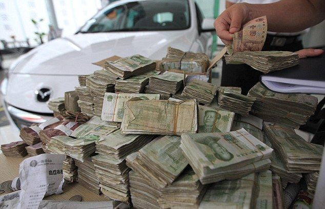 Мужик расплатился за машину десятью ящиками бабла (4 фото)