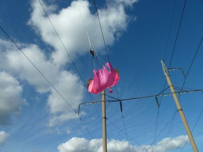 Везучая парашютистка (4 фото)