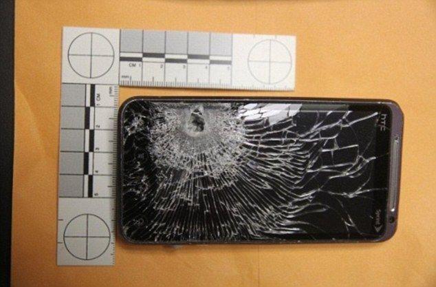 Смартфон спас владельца, задержав пулю (2 фото)