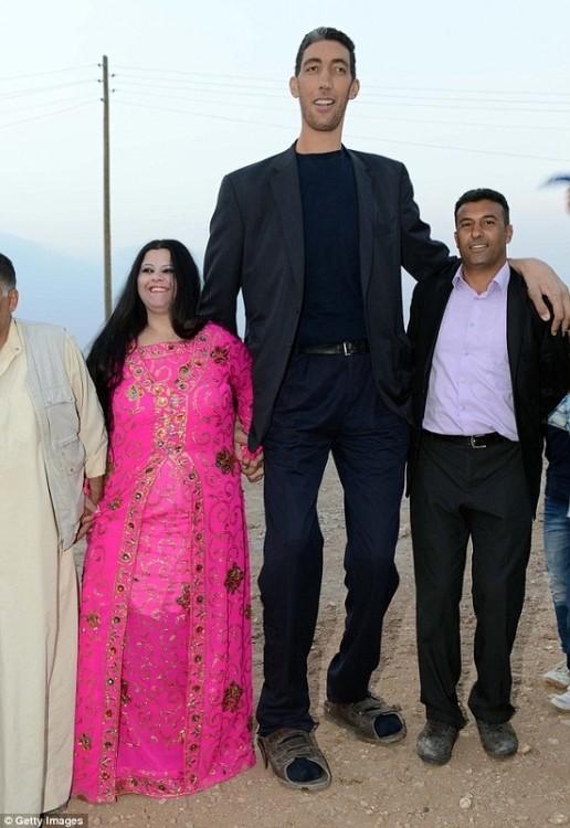Женился самый высокий человек на планете (5 фото)