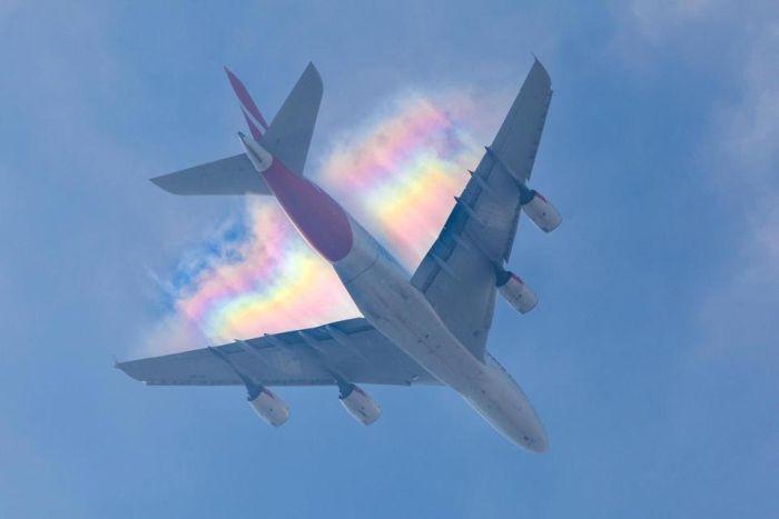 Редкая радуга в небе над самолетом (4 фото)