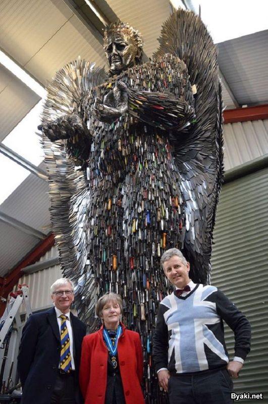 Скульптура ангела из сотни тысяч конфискованных ножей (5 фото)