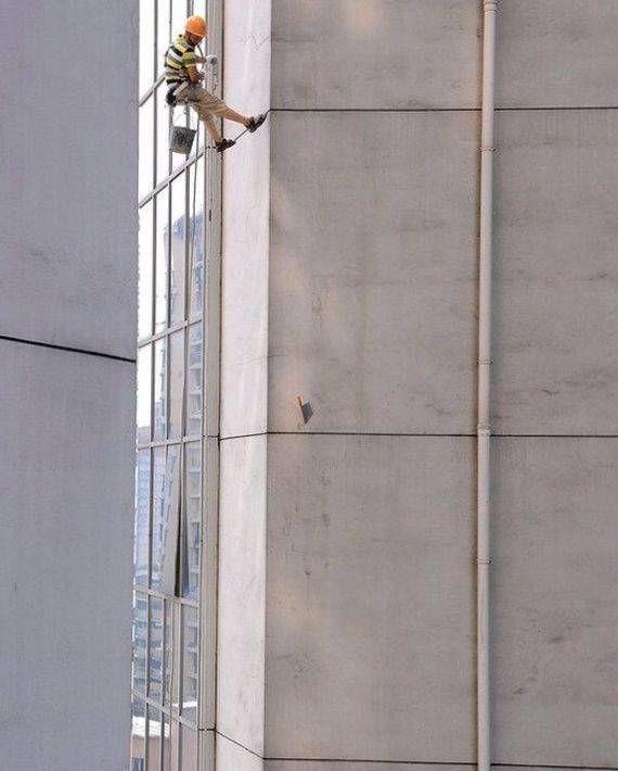 Топор в стене на 45 этаже
