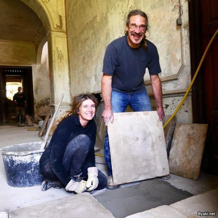Австралийская пара восстанавливает заброшенный замок XVIII века (27 фото)