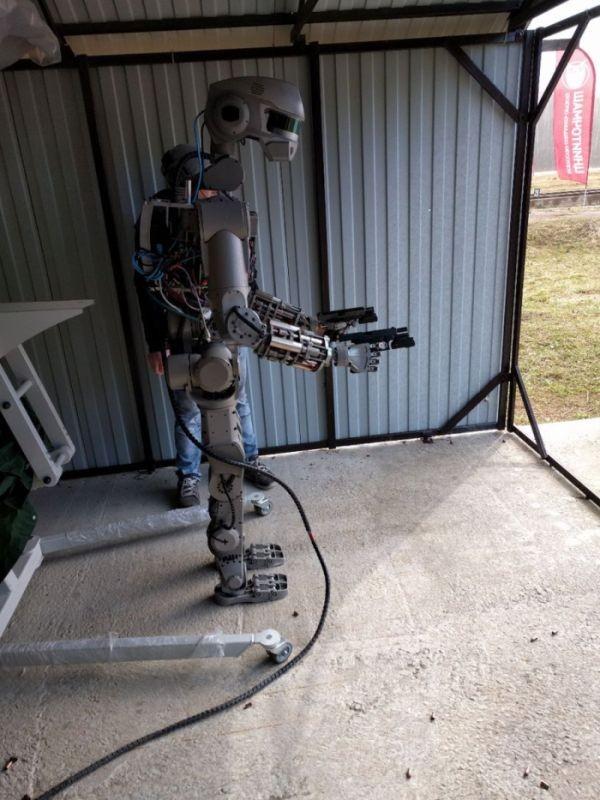 Российского робота «Федора» обучили стрельбе (2 фото)