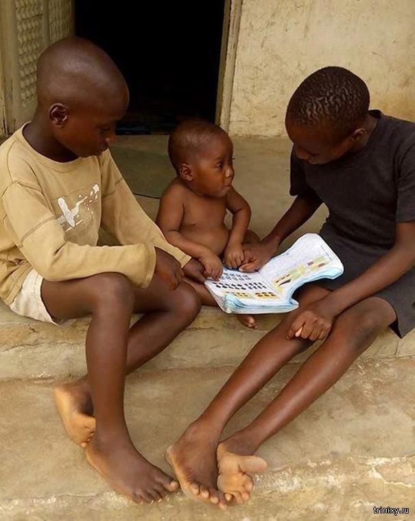 Голодный ребенок, которого считали злом, провел первый день в школе (10 фото)